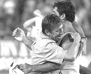 El técnico Bernd Krauss se funde en un emocionado abrazo con Miquel Àngel Nadal.