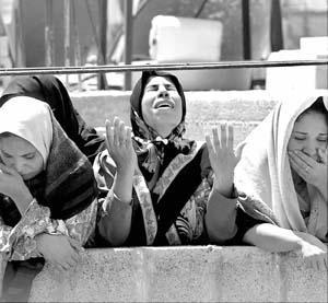 Tres mujeres palestinas lloran la muerte de Samir Abu Zeid.