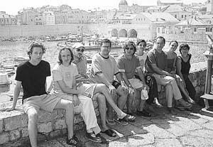 Los artistas presentes en Dubrovnik posan frente a la muralla.