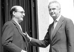 Pedro Morenés (d) saluda al viceconsejero de Interior vasco, Mikel Legarda.