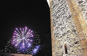 Los festejos del primer siglo de luz eléctrica concluyeron con fuegos artificiales. FOTO: PERE BOTA
