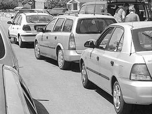 La mayoría de los coches aparca a ambos lados de las vías de acceso. Foto: TOMEU OBRADOR