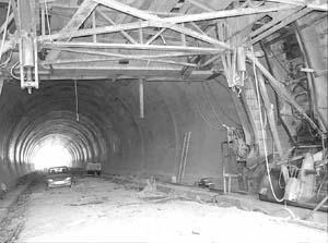 El túnel se está revistiendo de hormigón. Foto: TOMÁS MONSERRAT