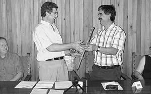 Antoni Oliver, a la izquierda, en el momento de recibir la vara de alcalde. Foto: JOSEP MARIA SASTRE
