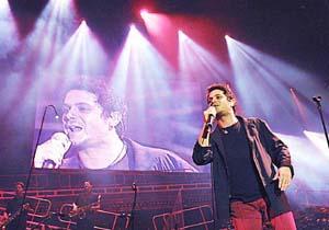 El cantante deleitó a todos con sus éxitos en una noche 'mágica' para los miles de fans. Foto: JAUME MOREY.