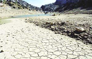 La sequía está dejando profundas huellas en los embalses de la Serra. Foto: JOAN TORRES