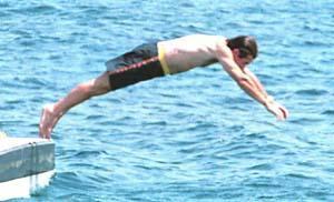 José María Aznar demostró su estilo para lanzarse al agua. Foto: <b>UH</b> Menorca.