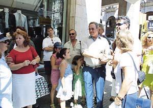 Griegos de vacaciones en Palma saludan a Constantino. Foto: JULIÁN AGUIRRE
