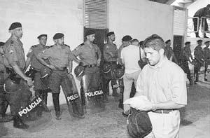 Carlos Domínguez en los vestuarios de Split con la policía de fondo. Foto: JOAN TORRES.