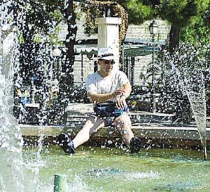 Ayer se vivió un día de intenso calor que invitaba a refrescarse en las fuentes. Foto: TERESA AYUGA