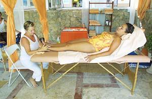 Pies masajeados, salud favorable. Foto: CURRO VIERA