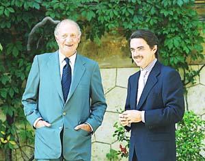 El rey don Juan Carlos, con José María Aznar en Marivent. Foto: TOMÁS MONSERRAT