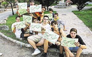 Un grupo de jóvenes muestra los diplomas que se entregan a la llegada. Foto: PERE BOTA