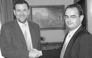 Mariano Rajoy y Javier Balza (derecha) se saludan tras la reunión que mantuvieron ayer.