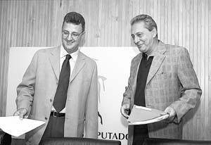 El portavoz del PSOE, Jesús Caldera (izq.), pregunta al Gobierno si se ha cometido fraude fiscal.