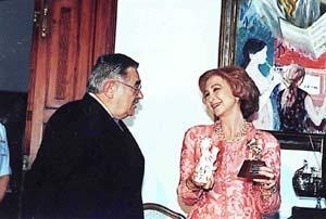 Expresivo y simpático gesto de la Reina, junto a Pere A. Serra. Foto: T. MONTSERRAT /J. MOREY