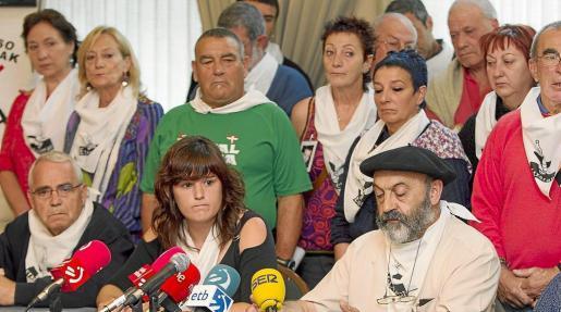 Los portavoces de la asociación de familiares de presos de ETA Etxerat Oihana Lizaso y Joxe Àngel Aramendi.