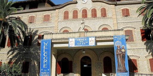 Fachada de la Casa de Ancianos de las Hermanitas de los Pobres donde han colocado carteles de bienvenida. Fotos: T. AYUGA