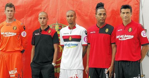 Calatayud, Tejera, Zuiverloon, Nsue y Martí, con las nuevas equipaciones de la temporada 2011-12.
