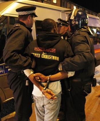 La Policía detiene a un presunto manifestante.