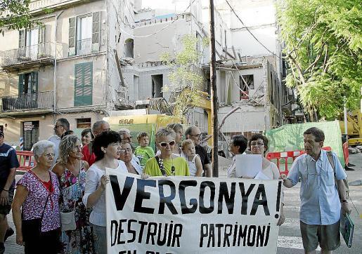 El «paseo ciudadano» se inició ante el edificio demolido en la Avenida Argentina.