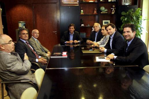Imagen de archivo de la reunión entre Mateu Isern y el Consejo de Administración del Real Mallorca sobre el nuevo Lluís Sitjar.