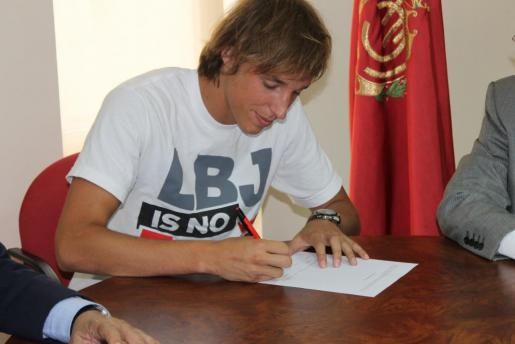Tomás Pina, en el momento de la firma de su renovación.