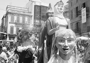 El Rei en Jaume I y la Reina Violant d'Hongria, gegants de Calvià, se mostraban así de elegantes y altivos. Foto: C.M.