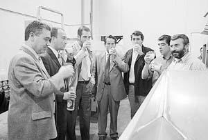 Gaspar Oliver, Julià Puig, Pere Sampol, Lluc Tomàs, Joan Juan, Salvador Sastre y Joan Arbona brindan con el zumo.