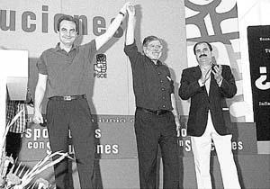 Zapatero y Ibarra saludan durante el acto celebrado en Badajoz con motivo de la campaña puesta en marcha por el PSOE.