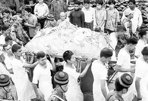 El cuerpo de la reina Aishwarya es llevado en palanquín por las calles de Katmandú.