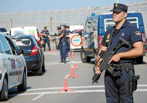Agentes de la UIP durante un control rutinario realizado en Palma.