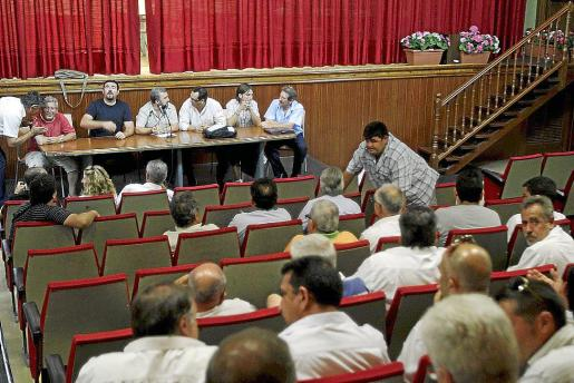Los trabajadores del transporte discrecional se reunieron ayer noche en asamblea.