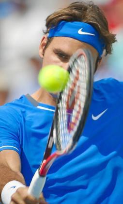 MTR101. MONTREAL (CANADÀ), 10/08/2011.- El tenista suizo Roger Federer devuelve una bola al canadiense Vasek Pospisil hoy, miércoles 10 de agosto de 2011, durante el juego que disputaron por el Másters 1000 de Montreal, Canadá. Federer ganó 7-5 y 6-3. EFE/ Andre Pichette FEDERER - POSPISIL