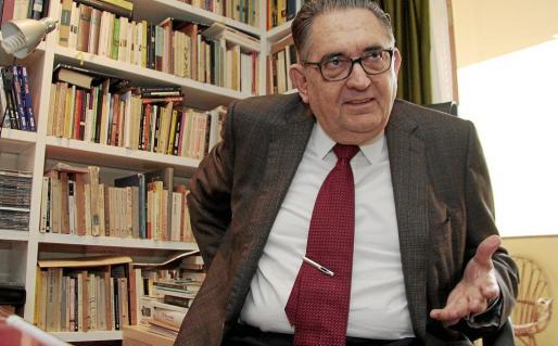 El escritor Bartomeu Fiol, que falleció el lunes, en una imagen de 2009, días después de ganar el Premi Ciutat de Palma de Crítica Literària.