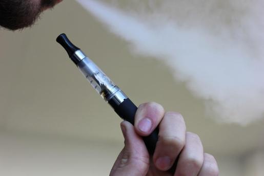 Imagen de un hombre fumando un cigarrillo electrónico.