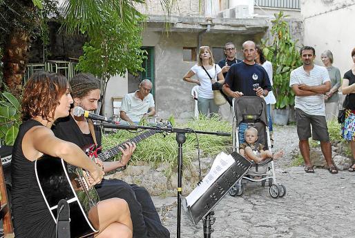 Mar Cortés inició el festival FIL con su actuación en el patio de Can Llobera.