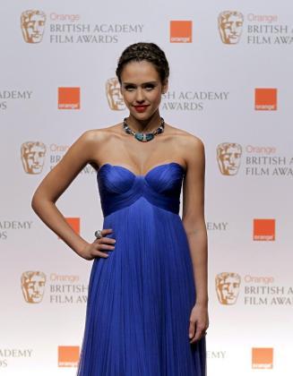 La actriz estadounidense Jessica Alba posa para los fotógrafos durante los premios BAFTA de la Academia Británica de Cine, celebrados en el Royal Opera House, el domingo 13 de febrero de 2011.