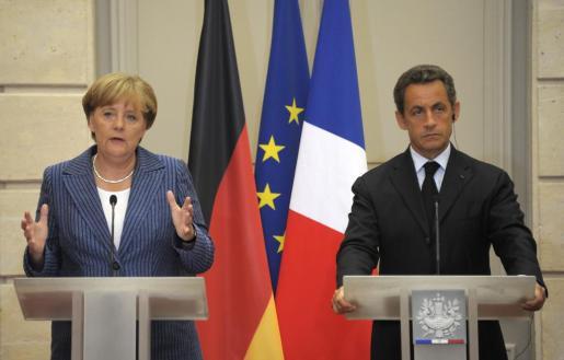 """El presidente francés, Nicolas Sarkozy (d), y la canciller alemana, Angela Merkel (i), propusieron la instauración de """"un verdadero gobierno económico"""" en la zona euro, constituido por un consejo de jefes de Estado y de Gobierno que se reúna dos veces al año."""