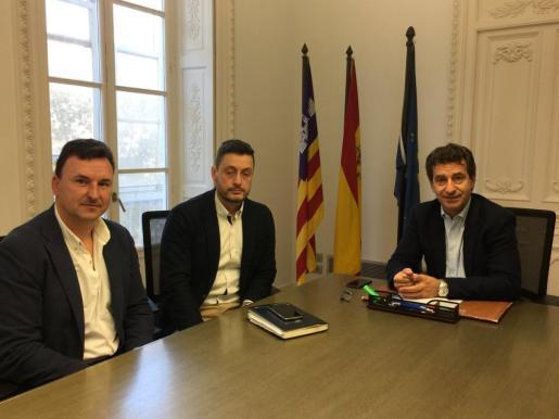 El presidente del PP de Baleares, Biel Company, durante su reunión con miembros de la Policia Nacional en Palma.