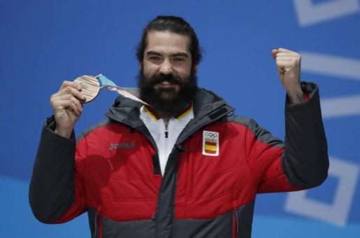 Regino Hernández mostrando su medalla de oro.