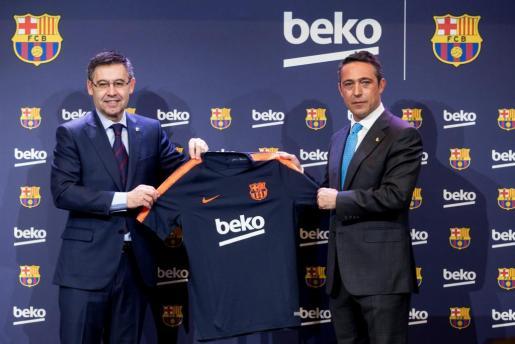 El presidente del FC Barcelona, Josep Maria Bartomeu (i) y el de Beko, Ali Koç (d) durante el acto presentación del acuerdo por el que la empresa turca de electrodomésticos Beko, patrocinará las próximas tres temporadas la camiseta de entrenamiento del FC Barcelona, por la que abonará al club 57 millones de euros, 19 por curso.