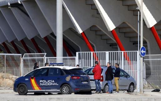 La Policía Nacional junto al coche donde apareció el cuerpo.