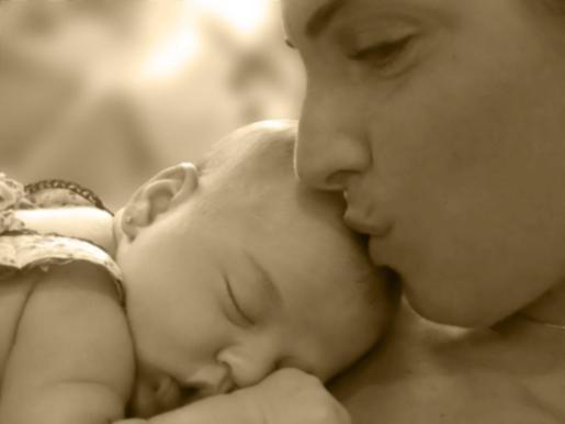 En la imagen se puede ver a la feliz madre besando a su hija. Una gran noticia que ha alegrado mucho a sus fans, quienes han inundado sus perfiles con felicitaciones y halagos.