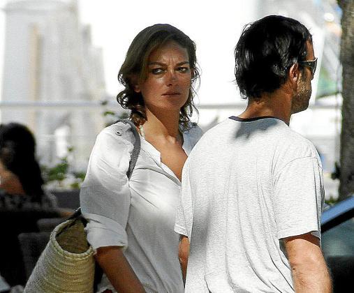 Laura Ponte y su novio, en el Port de Sóller.