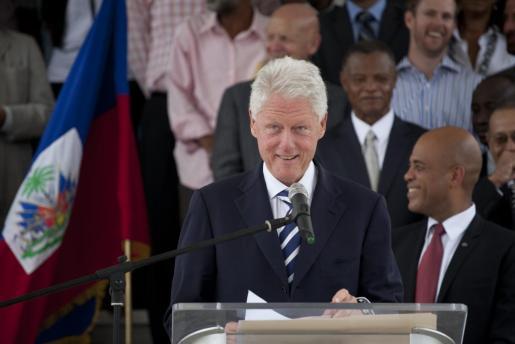 El expresidente estadounidense y enviado especial de la ONU para Haití, Bill Clinton, habla en una conferencia ofrecida en Puerto Príncipe (Haití) en la que anunció un programa de apoyo financiero para pequeñas y medianas empresas de Haití.