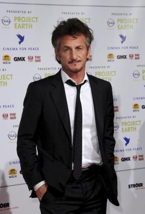"""El actor estadounidense Sean Penn posa a su llegada a la gala benéfica """"Cinema for Peace"""" (""""Cine por la Paz"""") en la 61 edición del Festival de Cine de Berlín, el lunes 14 de febrero de."""