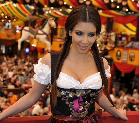 La modelo y actriz estadounidense Kim Kardashian posa con un traje típico bávaro en el Oktoberfest de Munich, Alemania.