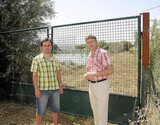Los regidores Javier Negre y José Fernández, ante las balsas de Can Figuera.