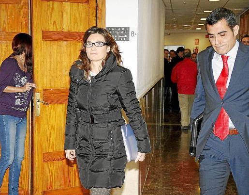 Tortella, junto a su abogado, el día que declaró como imputada en el 'caso Maquillaje'.